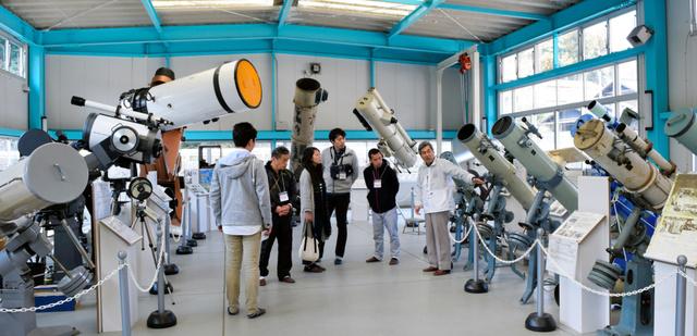 室内プールだった建物を改装した大型望遠鏡展示棟=さぬき市多和助光東