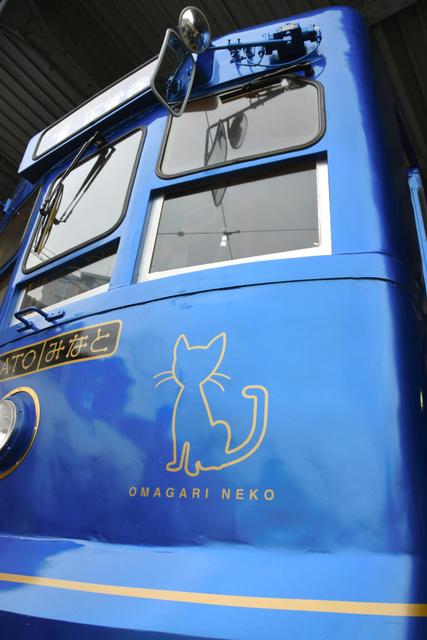 車両の先頭部分には長崎でよく見られる尾曲がり猫があしらわれた