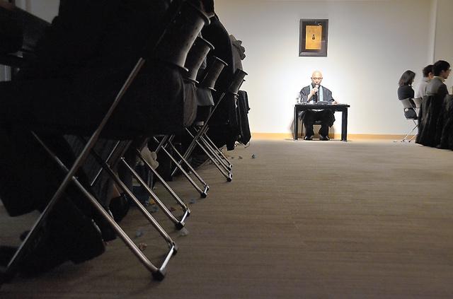 明かりが落とされて浦上哲也さんの朗読が静かに響くなか、自分が死に向かう「物語」が進んでいく=東京都豊島区