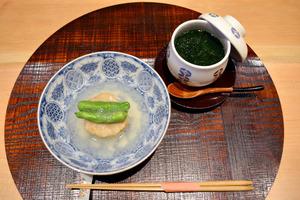 食べやすいように調理された「甚三紅」の「エビしんじょの新タマネギあんかけ」(左)と「海鮮茶わん蒸し」