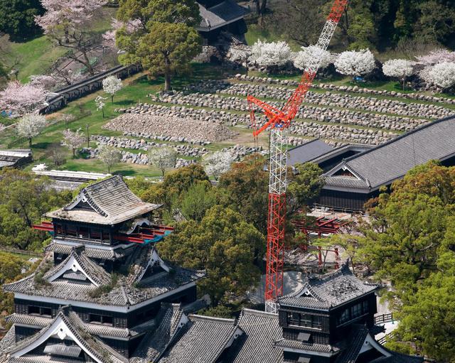 地震で崩れた石垣は、修復のため城内の広場に並べられている=13日午前10時33分、熊本市の熊本城、朝日新聞社ヘリから、森下東樹撮影