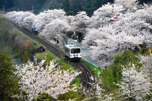 潮駅を出発する三江線の始発列車=13日午前、島根県美郷町、井手さゆり撮影
