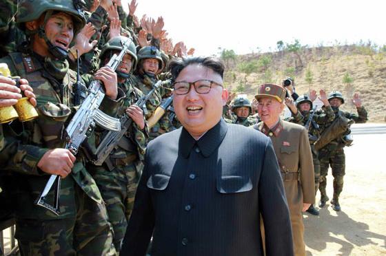 金正恩・朝鮮労働党委員長が特殊部隊の訓練を視察したとされる写真=労働新聞のホームページから