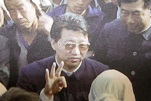 1980年代、無極県の書記として住民らと対話を進めた劉日氏=書籍「無極の道」(王宏甲氏著、中国人民大学出版社)から