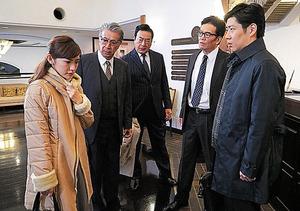 「土ワイ」最終回から。中央が十津川警部役の高橋英樹、その左が高田純次