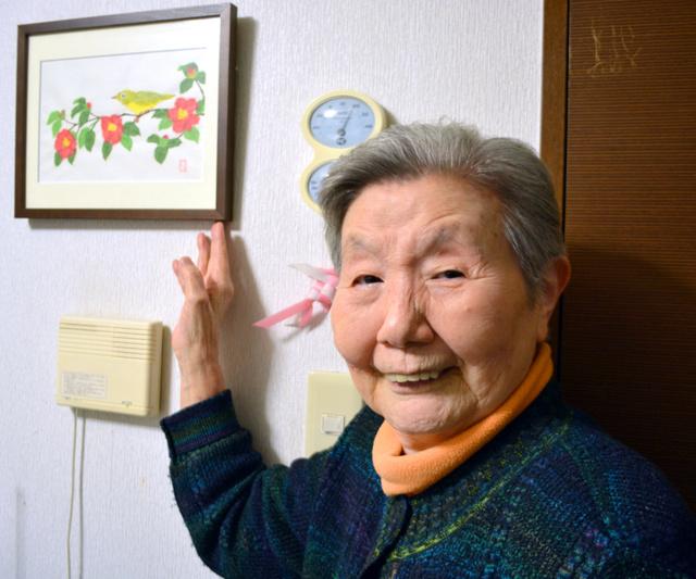 近藤寿美子さん。手作りのちぎり絵と一緒に=神奈川県平塚市