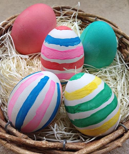 4月16日はキリスト教の復活祭。卵をゆでてイースターエッグを作ってみました。卵はイースターに欠かせないのですが、食べ物だけに取り扱いには気をつけてほしいと、ドイツ連邦リスク評価研究所は「腹痛なくイースターエッグを楽しむコツ」を紹介しています(◆本文の最後にURLがあります)。すぐに食べない卵はゆでた後に冷水につけるべきではない(水につけている間に細菌が殻のヒビや穴を通って卵に入り込むことができ、保存期間を短くするので)など、へえ~と思う豆知識がありました。