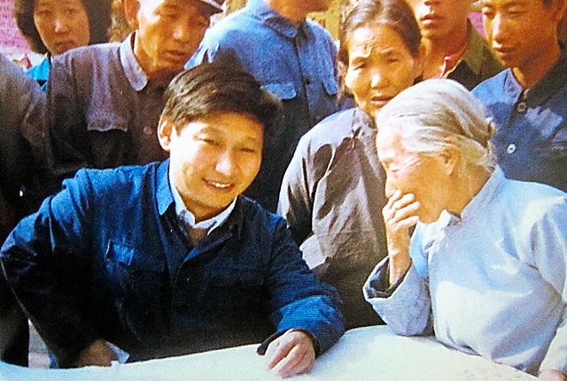 1980年代に河北省正定県の書記をしていた30代のころの習近平氏(手前左)=中国政府の公式サイトから