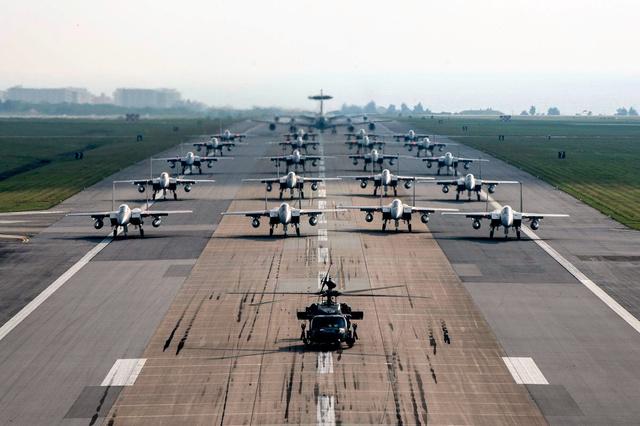 米空軍嘉手納基地(沖縄県)の滑走路に整列したF15戦闘機など=米空軍参謀総長のツイッターから
