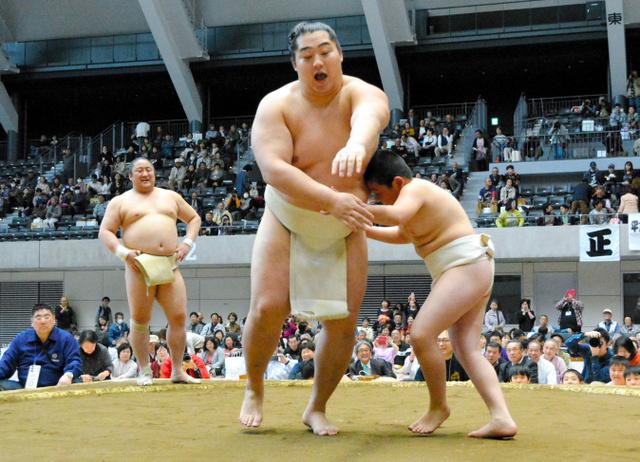 わんぱく相撲の一コマ。対戦相手は遠藤=高崎アリーナ