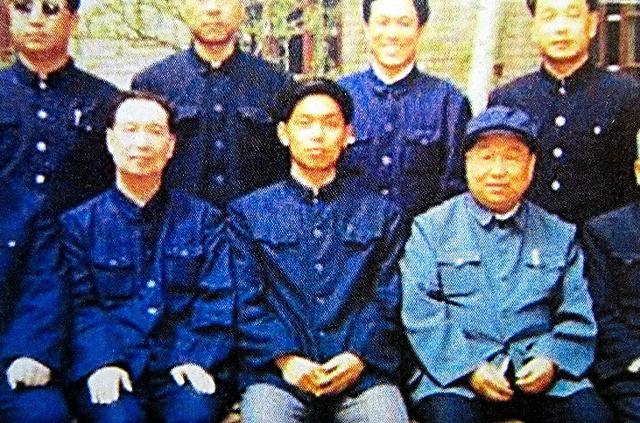 1980年代に河北省無極県の書記をしていたころの栗戦書・党中央弁公庁主任(前列の中央)