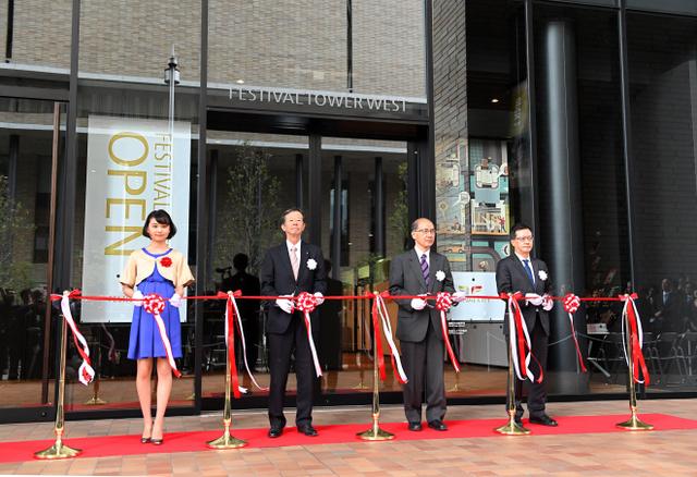 式典でテープカットが行われ街びらきしたフェスティバルシティ=17日午前11時、大阪市北区、筋野健太撮影