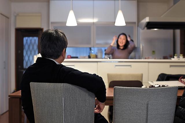 夫妻は「お互いを理解しようとすることは諦めなかった」という=東京都内、伊藤進之介撮影
