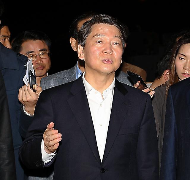 仁川港の海洋警察を訪れた「国民の党」の安哲秀・元常任共同代表=17日未明、武田肇撮影