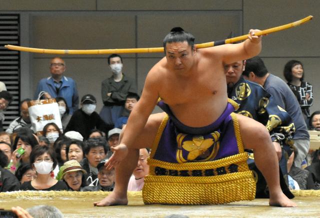弓取り式で四股を踏む聡ノ富士=高崎市下和田町