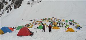 色とりどりのテントが立つ北アルプス・穂高連峰の登山基地の涸沢。スコップいっぽんれば、自由にテントの床を作れる。最近は1人用テントの「マイテント」を好む登山者が主流になりつつある=2015年5月