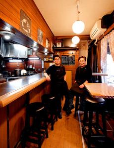 「キッチン ミキ」の山内君江さん(右)と康行さん=東京都新宿区、合田昌弘撮影