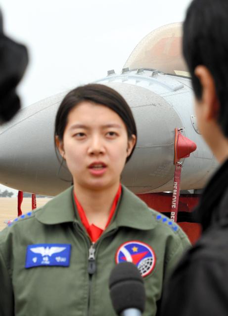 米韓空軍の合同訓練「マックスサンダー」に参加し、報道陣のインタビューに応じるチョン・ダヨン大尉=20日、群山空軍基地、武田肇撮影