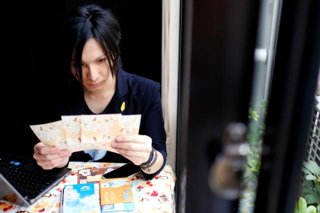 悠々ホルンさん宛ての手紙には、さまざまな悩みがつづられている。1通ずつ、真剣に目を通す=東京都豊島区、竹花徹朗撮影