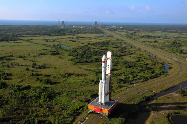 中国南部・海南島の文昌宇宙発射場で17日、発射台に移動するロケット=AP