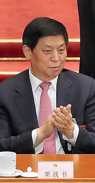 李克強首相に拍手を送る栗戦書氏=3月5日、北京、矢木隆晴撮影