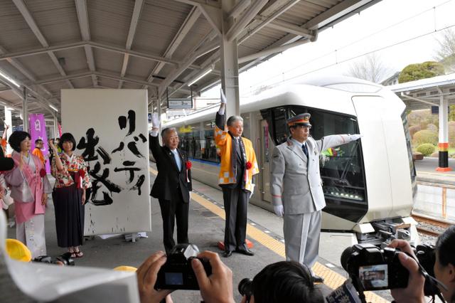 堀江通永駅長の「出発進行」の合図で発車する「リバティけごん1号」=東武日光駅