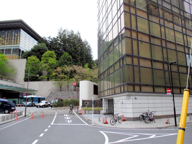 国家安全保障局(NSS)が入るビル(右)は、首相官邸(左)の裏側にある=東京都千代田区永田町