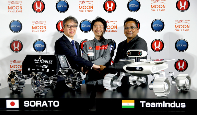 それぞれの月面探査車と共に撮影に応じる「チーム・インダス」のスリダー・ラマスバンさん(右)と「HAKUTO」の袴田武史さん(中央)=21日午後、東京都文京区、嶋田達也撮影