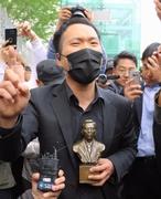 釜山少女像反対派と守る側、元大統領像の設置でもみ合う