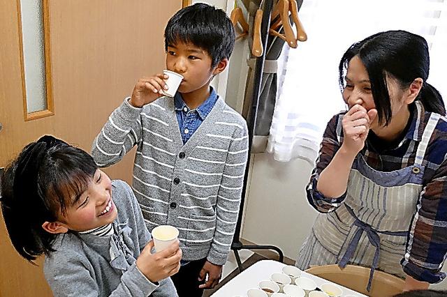 サポーター養成講座では、とろみをつけたジュースやみそ汁を試飲した=川崎市高津区