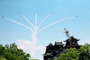 熊本の空にブルーインパルス 本番に向けテスト飛行