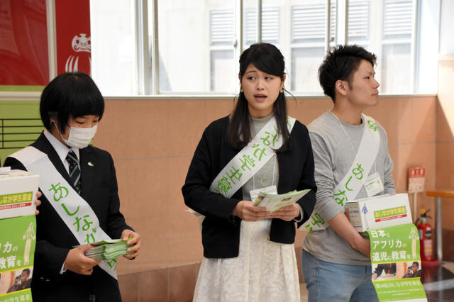 募金を呼び掛ける金井理沙さん(中央)=JR高崎駅