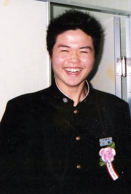 中学校の卒業式で撮った一枚。これから1年も経たないうちに、工藤健さんは命を絶った。「もう、この笑顔が見られない」と母親は嘆く(遺族提供)
