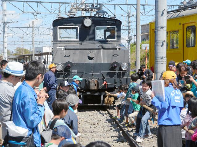 電気機関車「デキ3021」を引っ張る子どもたち=前橋市茂木町