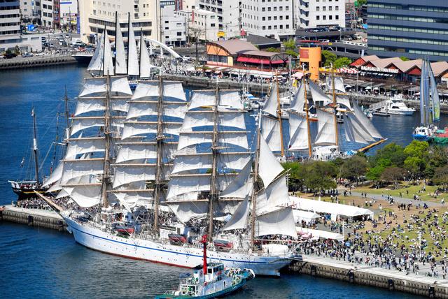 「長崎帆船まつり」でセールドリルが披露され、日本丸(手前)などが真っ白な帆を広げた=23日午後、長崎市、朝日新聞社ヘリから、日吉健吾撮影