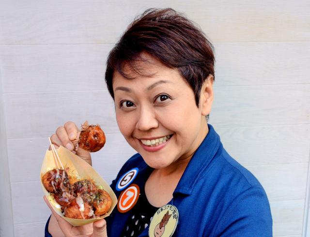 「たこ焼きはコナモンのアイドルです」と日本コナモン協会の熊谷真菜会長=大阪市中央区、多鹿ちなみ撮影