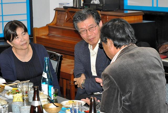 東九州家族の会の初会合で、ほかの遺族の話を聞く桐木弘子さん(左)と野本幸治さん(中央)=3日、宮崎市