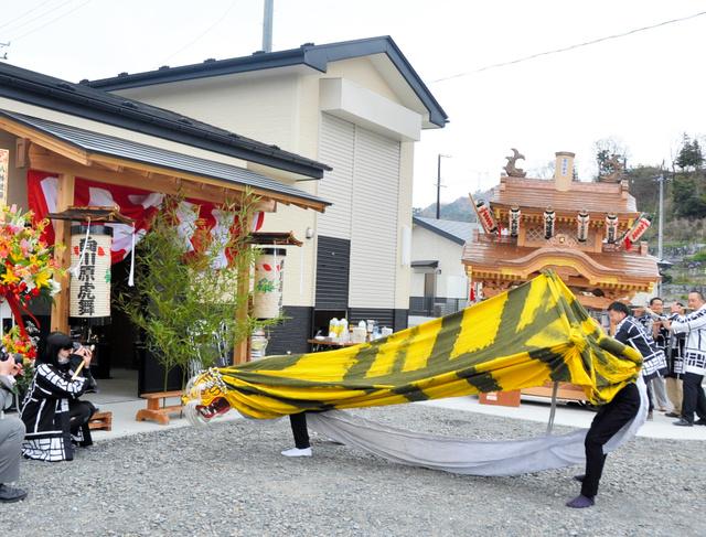会館の前で演舞する向川原虎舞・風虎会=岩手県大槌町