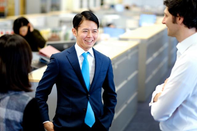 28歳のときゲイだと周囲に明かした弁護士の田中太郎さん。悩む子どもたちに「ひとりじゃないよ」と呼びかける=東京都港区、竹花徹朗撮影