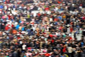 春節の帰省のために列車に乗ろうとする人たちで大混雑する上海虹橋駅=ロイター