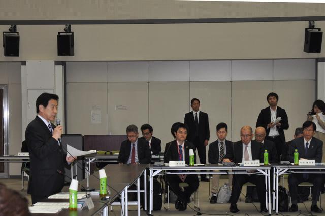 地域医療と専門医制度のあり方について議論する検討会であいさつをする塩崎恭久厚生労働相(左)=東京・霞が関
