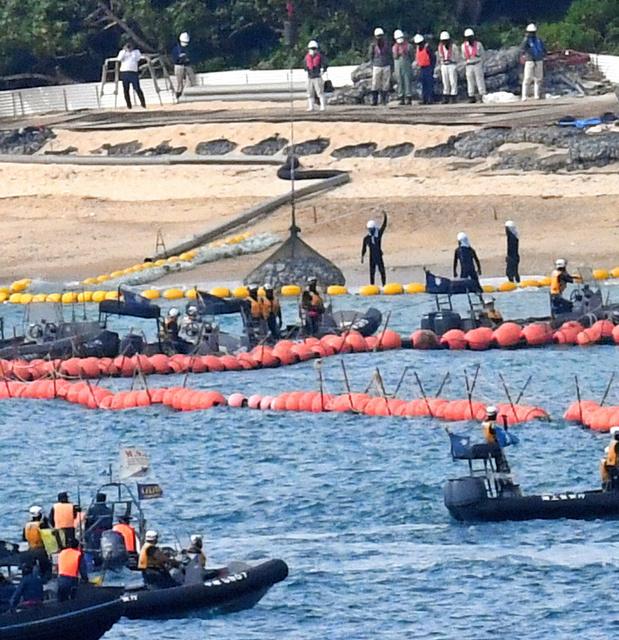 辺野古の海に石が投入された=25日午前9時20分、沖縄県名護市、長沢幹城撮影