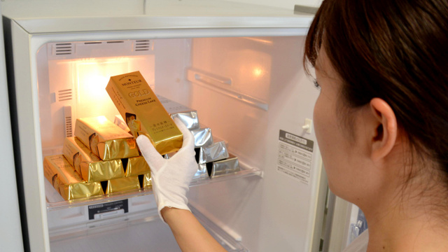 モンテールが5月1日に発売する「金の延棒・プレミアムチーズケーキ」