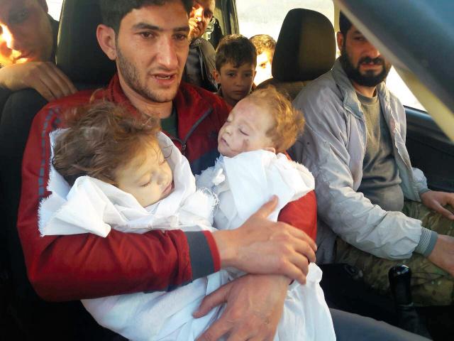 シリアで化学兵器によるとみられる攻撃後、双子を抱きしめるアブドルハミド・ユセフさん=親族提供