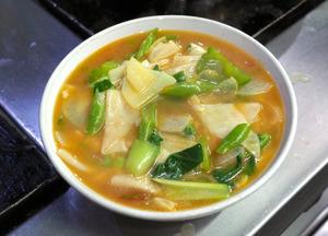 野菜がたっぷり入ったチベット料理のタントゥク=カトマンズ、奈良部健撮影