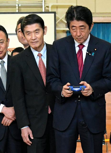 安倍晋三首相(右)とともに東北の被災地を訪れた今村雅弘復興相=8日、福島県南相馬市