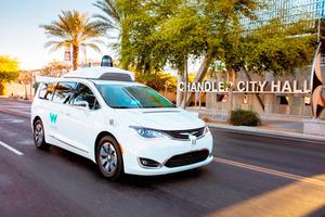 公道を走行するウェイモの自動運転車(ウェイモ提供)