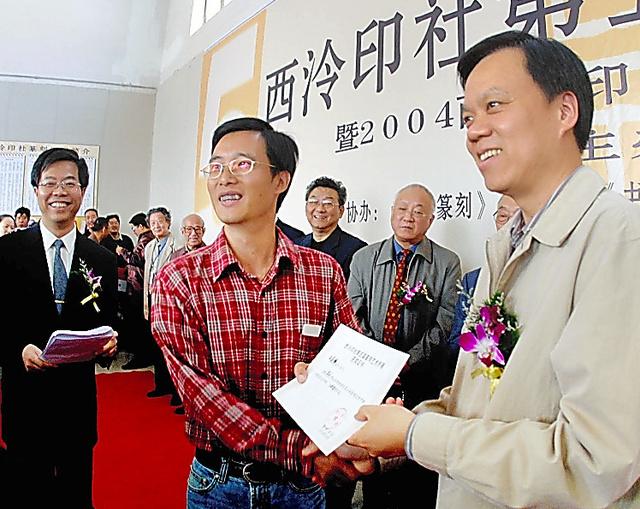 2004年10月24日、浙江省杭州市の浙江展覧館で開かれた日中韓などの篆刻(てんこく)芸術家の展覧会を参観した同省宣伝部長時代の陳敏爾氏(右)=潘良干氏撮影