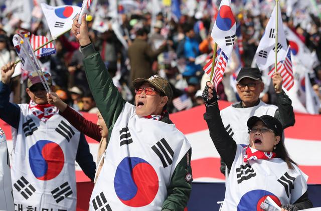 ソウルで4月1日、集会を開き、逮捕された朴槿恵前大統領の釈放を訴える支持者たち=AP。朴前大統領の支持者は年配者が多いと言われる