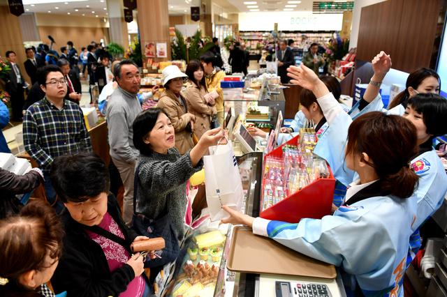 「アバッセたかた」には開業とともに多くの買い物客がつめかけた=27日午前、岩手県陸前高田市、福留庸友撮影
